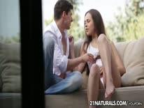 Скриншот для Молодая 20 летняя брюнетка романтично шпилится в попу