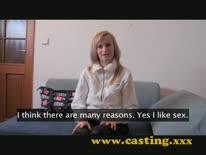 Скриншот для Веселая блондинка на порно кастинге трахнулась в анал