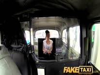 Скриншот для Сексуальную брюнетку с большой грудью таксист отымел прямо в машине
