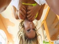 Скриншот для Блонди с большими дойками пихает себе фаллос в анал