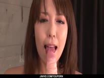 Скриншот для Жопастая азиатка забавляется с секс игрушкой и сосет парню болт