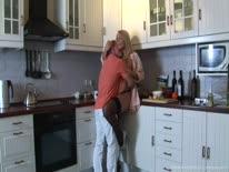 Скриншот для Жопастая блондинка в чулках отдалась своему мужу на кухне