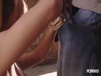 Скриншот для Белокурая сучка перепихнулась с парнем на улице