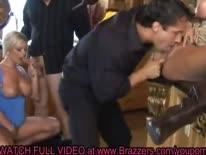 Скриншот для Гламурные порно звезды с большими сиськами устроили с мужиками групповуху