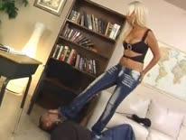 Скриншот для Гламурная блондинка с большой жопой заставила парня сделать ей куни