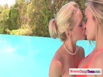 Скриншот для Две блондинки после бассейна трахаются на большом члене