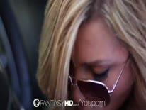 Скриншот для Гламурная блонди с классной жопой трахается на капоте машины