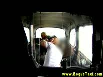 Скриншот для Грудастая блондинка широко раздвигает ноги перед таксистом