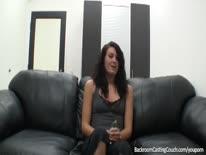 Скриншот для Брюнетка на порно кастинге показывает тело и мастурбирует