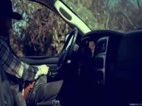 Скриншот для Ненасытная блондинка трахается в доме и в машине