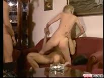 Скриншот для Худенькая блондинка насладилась сексом в два дупла