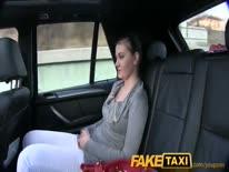 Скриншот для Таксист облапал пухлую пассажирку и трахнул ее в машине