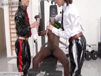 Скриншот для Пьяные бабы в секс костюмах отсосали негру в спортзале