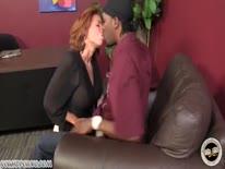 Скриншот для Грудастая рыжая девка устроила жесткое порно с негром