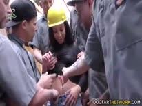 Скриншот для Толпа строителей безжалостно прет деваху