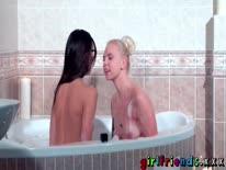 Скриншот для Две лесбиянки делают куни в ванной