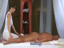Скриншот для Фигуристая брюнетка массажистка нежно села вагинкой на член пациента