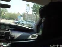 Скриншот для Мужик прямо в машине отымел зрелую брюнетку большим хреном