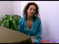 Скриншот для Зрелая кудрявая жена согласилась снять порно от первого лица
