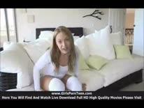 Скриншот для Симпатичная девушка крупным планом показывает свою растянутую вагину