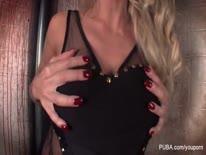 Скриншот для Грудастая секси блондинка страстно мастурбирует